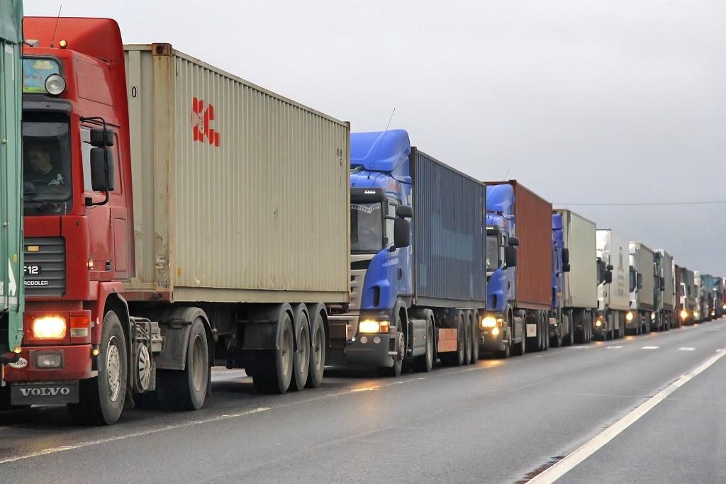 Курские власти взялись за припаркованные вдоль дорог большегрузы